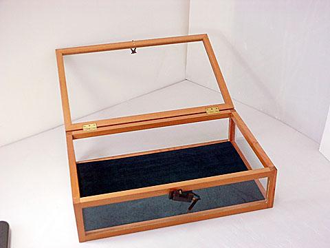 備考: 木製フレーム・四方ガラス張りです。鍵付き。コレクションのディスプレイの他にアクセサリーケースとしても◎ 価格: ¥10,800(税抜き) 廃盤
