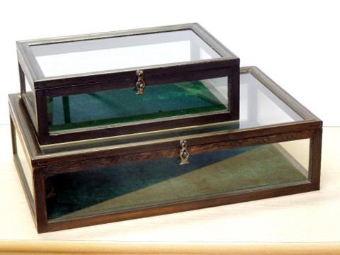 色 : ブラウン 底生地ダークグリーン 寸法: W600×D380×H160 備考: 木製フレーム・四方ガラス張り 価格: ¥9,800(税抜き) 品番: 木製コレクションケース 小